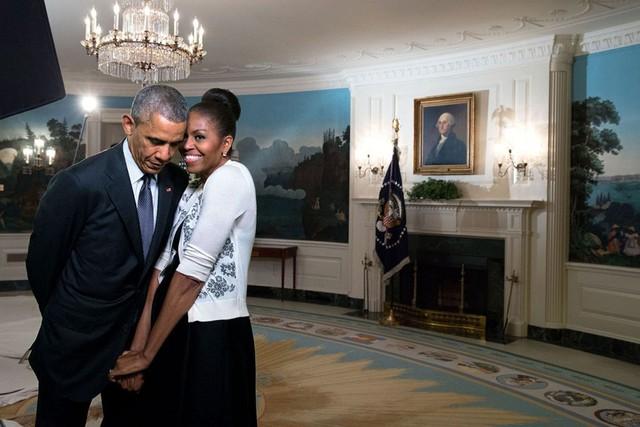 Câu chuyện tình trên chính trường tốn nhiều giấy mực của báo giới nhất có lẽ thuộc về cuộc hôn nhân của Tổng thống Obama và đệ nhất phu nhân Michelle Obama. Michelle, anh từng đưa ra nhiều quyết định trọng đại với vai trò tổng thống. Nhưng, quyết định quan trọng nhất trong cuộc đời anh chính là lựa chọn em làm vợ anh, là mẹ của các con anh. Anh yêu em, ông chủ Nhà Trắng đã thể hiện tình yêu ngọt ngào với vợ mình trong một chương trình truyền hình. Thậm chí, các tờ báo Mỹ còn cho rằng hôn nhân của cặp vợ chồng này là minh chứng cho tình yêu đích thực. Ảnh: Time