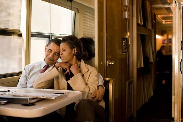 Phút nghỉ ngơi hiếm hoi của vơ chồng ông Obama trên xe bus sau một đêm dài các hoạt động trong chiến dịch tranh cử năm 2008 của ông Obama ở New Hampshire.