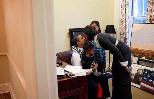 Ông Obama và bà Michelle luôn cố gắng giữ cho cuộc sống của hai cô con gái luôn được bình thường. Bà Michelle cùng 2 cô con gái đến thăm chồng ở phòng làm việc riêng của ông Obama ở Phòng Bầu dục.