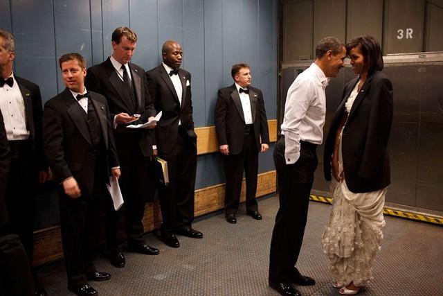 Khoảnh khắc riêng tư của vợ chồng Tổng thống Obama khi đứng chờ trong thang máy tại Lễ nhậm chức của ông Obama ở Washing DC năm 2009.