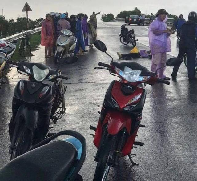 Chiều 5/9, tại chân Cầu Bía thuộc huyện Ninh Giang (Hải Dương) xảy ra vụ sét đánh khiến chị 1 người tử vong và 1 người bị thương nặng. Ảnh: Bạn đọc cung cấp
