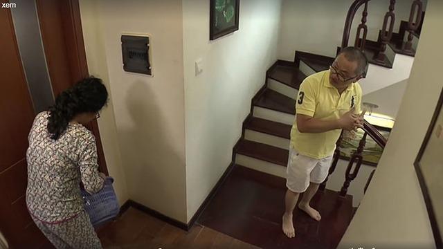 Bà mẹ chồng vô tư mở cửa phòng con trai và con dâu