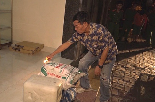 Đối tượng Lộc thực hiện lại hành vi đốt nhà anh Minh. Ảnh: H.Nga