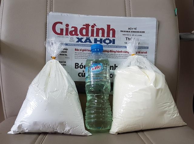 """Sữa bột ngô, tinh dầu ngô và bột ngô dùng để pha chế thành """"sữa ngô"""" mà PV Báo Gia đình & Xã hội mua được tại Hàng Buồm."""