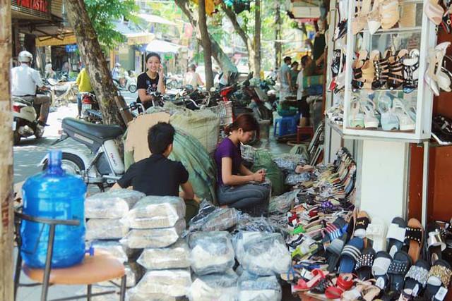 Vỉa hè trên phố cổ tái vi phạm việc các tiểu thương bày bán các mặt hàng, sản phẩm. Ảnh: PV