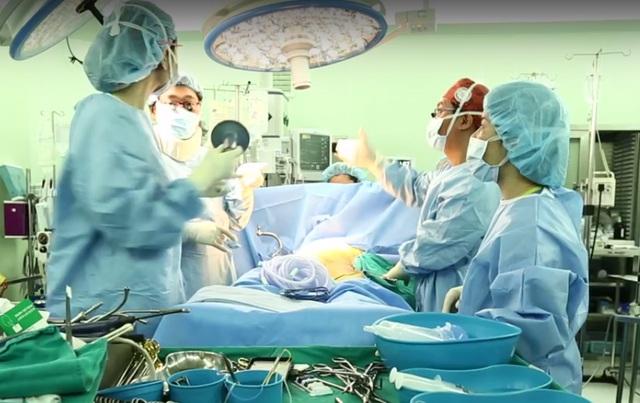 Ekip các chuyên gia, bác sỹ Hàn Quốc và Vinmec tiến hành ca ghép gan từ người cho sống đầu tiên trong vòng 13 giờ