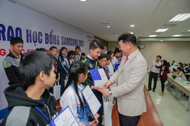 Phó Tổng Giám đốc Samsung Việt Nam Bang Hyunwoo trao học bổng cho các em học sinh