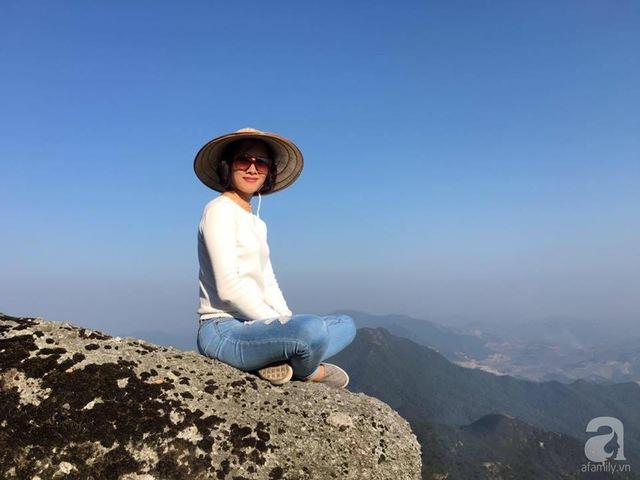 Chị Lan Hương, chủ nhân của vườn hoa xinh xắn ở ban công.