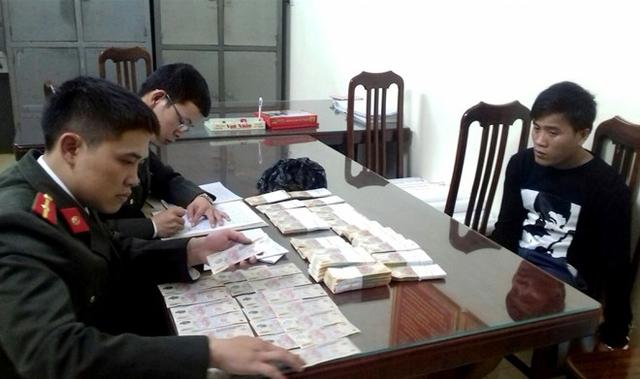Phạm Thanh Khiêm bị bắt cùng hơn 400 triệu đồng tiền giả. Ảnh: T.N.