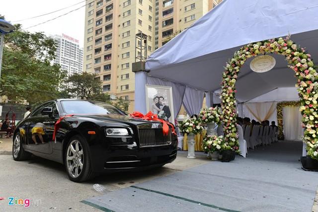 Lễ ăn hỏi và xin dâu của Hoa hậu Thu Ngân được tổ chức vào sáng 9/1. Khoảng hơn 12h, đoàn xe hoa xuất phát từ Hải Phòng có mặt tại nhà chú rể Doãn Phương ở Hà Nội.