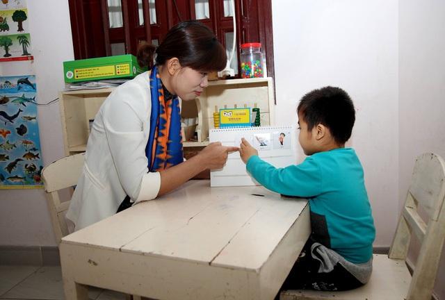 Cô Hà với học sinh trong giờ học.