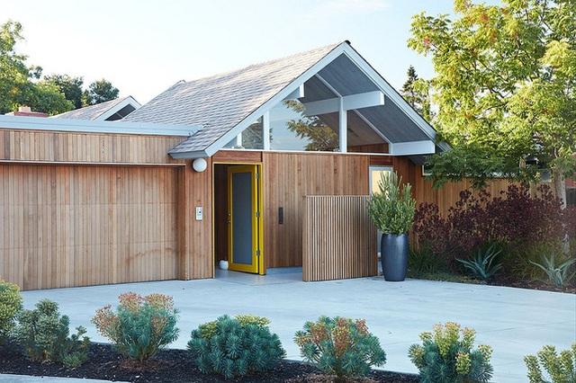 Ngôi nhà này nằm tại Mountain View, California với vẻ ngoài ấn tượng khi sử dụng toàn bằng chất liệu gỗ bao quanh.