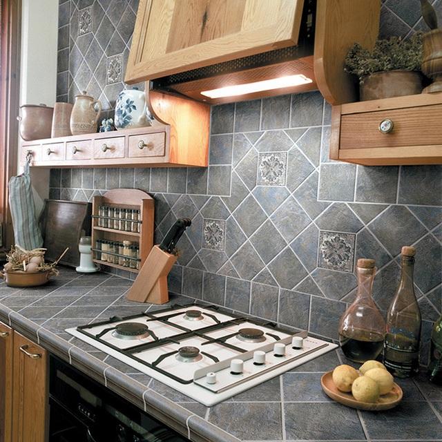 Gạch sứ màu xám cho đảo bếp và tường bếp đồng bộ.