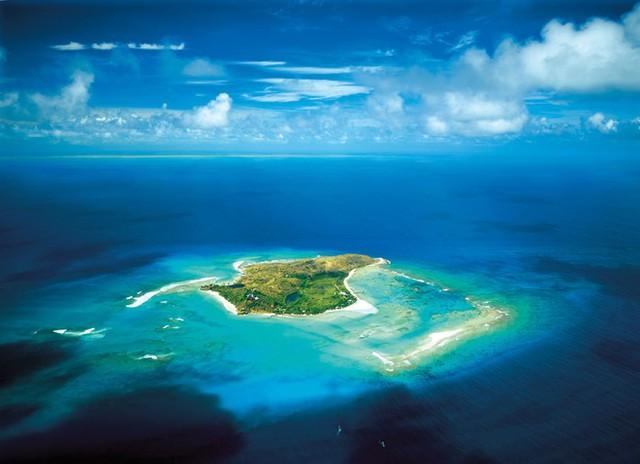 Necker Branson là hòn đảo rộng 3 ha, nằm trong quần đảo Virgin thuộc Anh. Ảnh: Wista.     Hòn đảo này được tỷ phủ Richard mua năm 1978 và xây dựng trên đó một khu resort sang trọng và đắt đỏ. Ảnh: Virgin Limited Edition.      Tòa nhà chính và nổi bật nhất trên đảo là Great House, 6 căn nhà lớn xung quanh được thiết kế theo phong cách Bali hiện đại và sang trọng. Ảnh: Virgin Limlted Edition.      Tất cả các khu vực thư giãn trên đảo đều thiết kế mở, gần gũi với thiên nhiên xung quanh. Ảnh: Virgin Limited Edition.      Du khách đến đây có thể thoải mái thư giãn trong bể bơi vô cực hoặc tập thể dục trong các phòng tập có tầm nhìn rộng ra biển. Ảnh: Virgin Limited Edition.      Sân tennis trên đảo là một trong những nơi rất thu hút du khách trong thời gian nghỉ ở đảo. Ảnh: Cloudinary.      Nhà hàng được thiết kế nổi trên mặt nước, bố trí thành các khu vực riêng biệt, có thể phục vụ cả đoàn khách lớn và các cặp đôi muốn riêng tư. Ảnh: Virgin Limited Edition.      Necker Branson là điểm đến yêu thích của nhiều nguyên thủ quốc gia, ngôi sao bóng đá, điện ảnh của thế giới. Ảnh: Virgin Limited Edition.