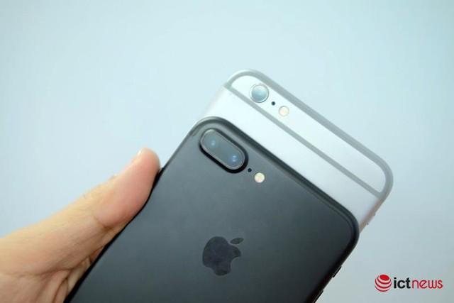 iPhone 7 Plus (màu đen) có hai camera bên cạnh iPhone 7.