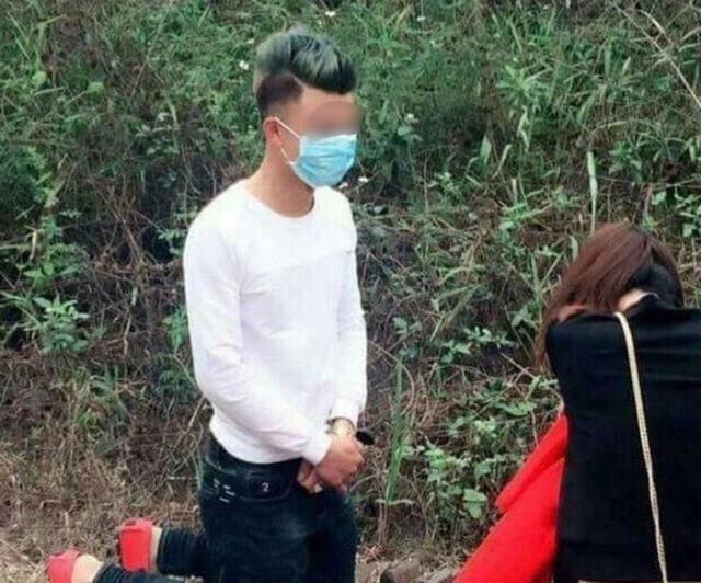 Nam thanh niên quỳ gối xin lỗi bạn gái khi đi lễ chùa đầu năm. Ảnh: NĐ