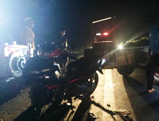 Chiếc xe máy hư hỏng nặng sau khi va chạm với công nông. Ảnh: CTV.