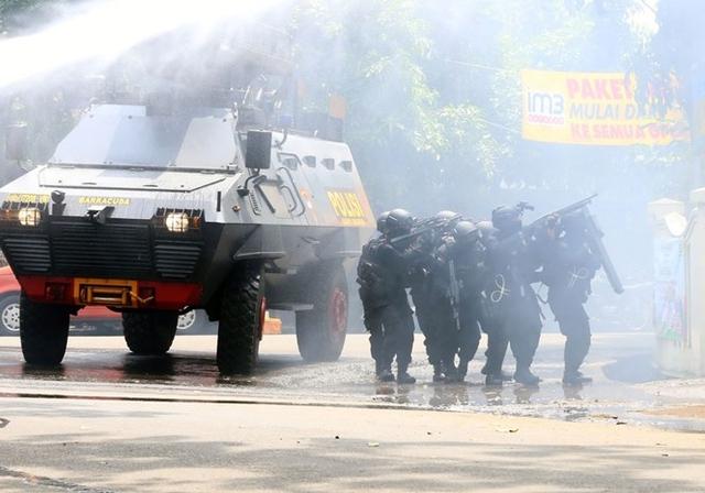 Lực lượng cảnh sát đặc nhiệm Indonesia áp sát tòa nhà chính quyền ở thành phố Bandung, tỉnh Tây Java, Indonesia sáng 27/2.