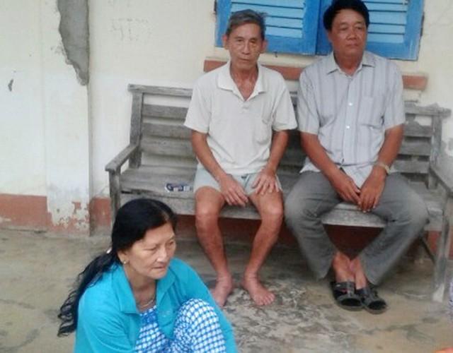 Bà Huê với những người hàng xóm được công an xã trả lại tiền. Ảnh: Khoa Nghĩa.