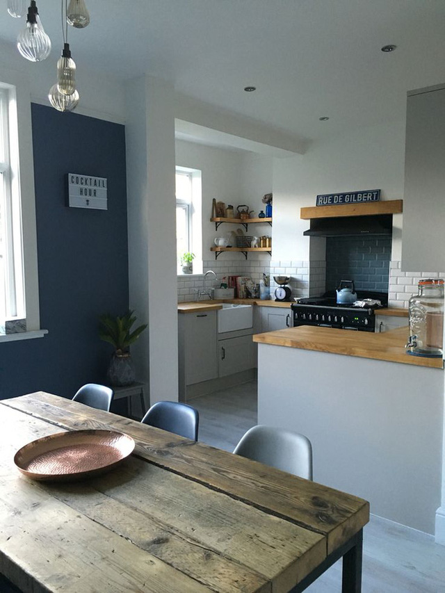 1. Không gian phòng ăn và phòng bếp theo phong cách mid-century modern với nội thất là những món đồ có bề mặt bằng gỗ ấm áp.