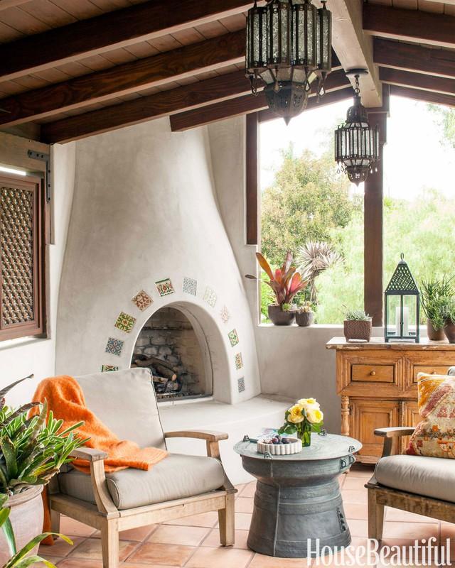 1. Nếu nhà bạn có một nhà chòi độc lập, bạn có thể bổ sung thêm một chiếc bếp sưởi để có thể sưởi ấm khi trời lạnh, hay thậm chí là nướng khoai và thưởng thức hương vị tuyệt vời của chúng. Những chiếc ghế gỗ có thể bọc nệm để tăng thêm phần ấm áp.