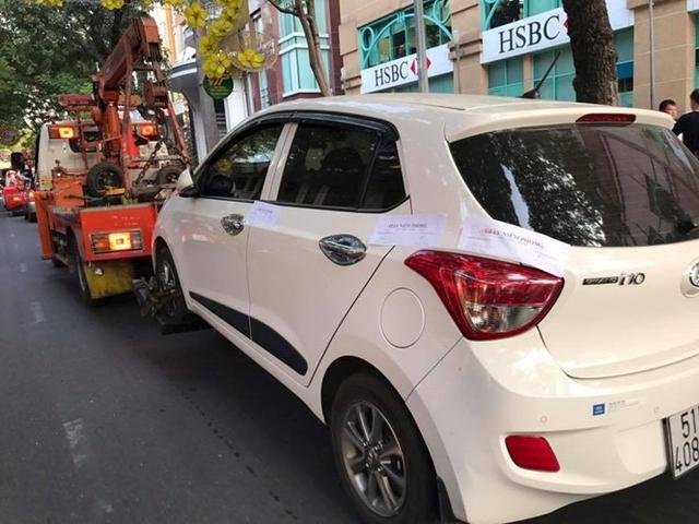 Một ô tô đậu vỉa hè ở Q.1 bị xử phạt trong chiến dịch lập lại trật tự vỉa hè ở TP.HCM.