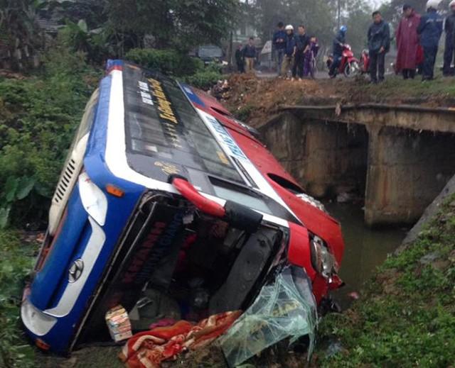 Chiếc xe khách giường nằm bị lật khiến thân vỏ xe bị hư hỏng nặng. Ảnh: N Toàn.