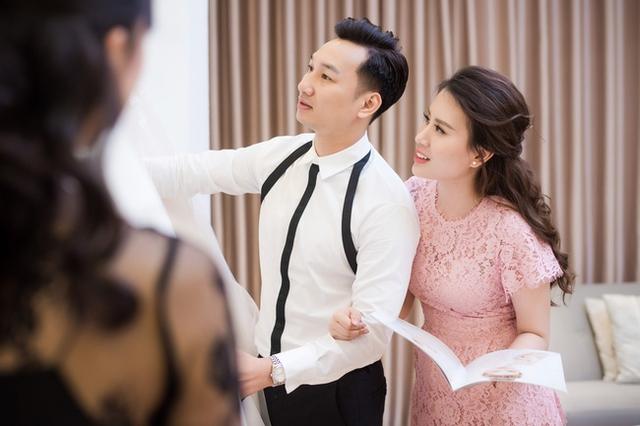 Thành Trung cùng vợ đi chọn váy cưới cho ngày trọng đại.