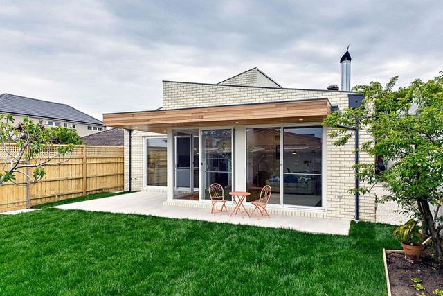 Toàn cảnh ngôi nhà với đồng cỏ xanh mướt tạo thành khoảng sân nhỏ trước nhà.