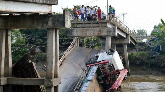 Hiện trường vụ sập cầu, xe cùng nhịp giữa lăn đùng xuống sông - Ảnh: Ngọc Tài