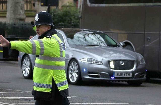 Chiếc xe Jaguar bọc thép chuyên chở Thủ tướng Theresa May.