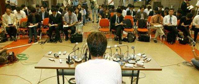 Một người cha có con bị bắt cóc và sát hại phát biểu trước báo giới năm 2004. Ảnh: Jiji.