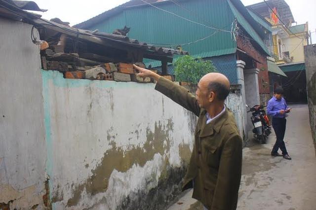 Khu vực chuồng heo nhà trưởng thôn bị ném chất nổ.