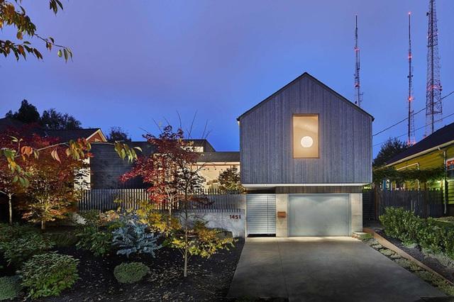 Ngôi nhà xinh xắn với tầng 1 và tầng áp mái.