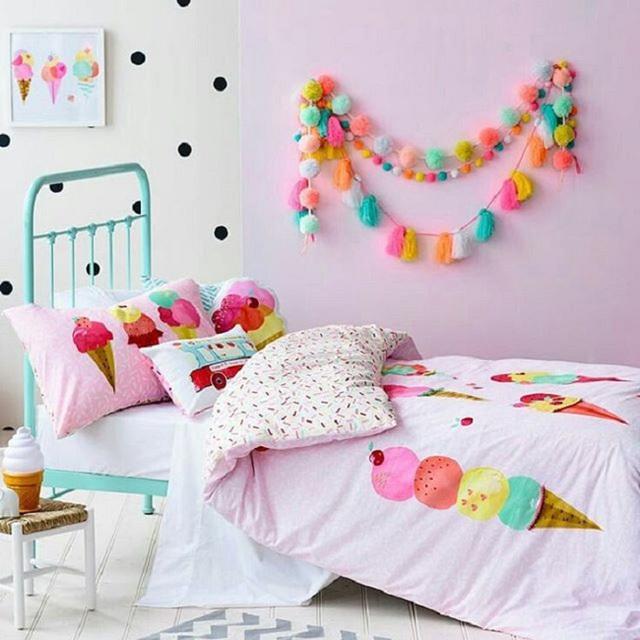 1. Các hình que kem vui mắt đi cùng tông màu hồng phấn dễ thương rất hợp với các bé gái có tính tình dịu dàng, nết na.