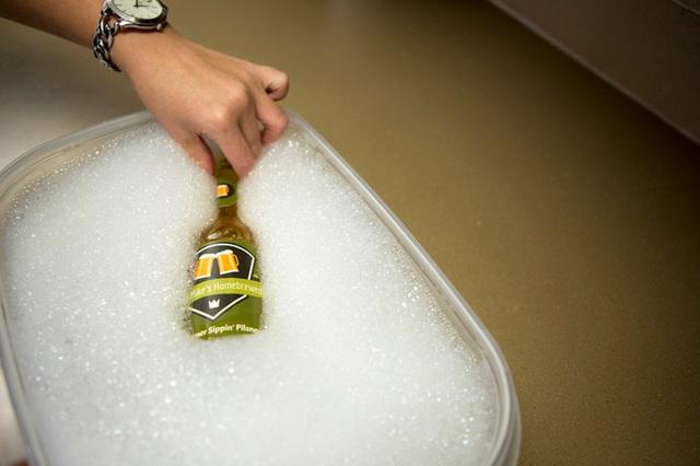 Để đồ vật ngập trong nước ấm (Ảnh: Internet)