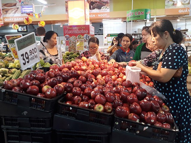 Táo Pháp giá chưa đến 40.000 đồng tại một siêu thị quận 10. Ảnh: Thái Nguyễn.