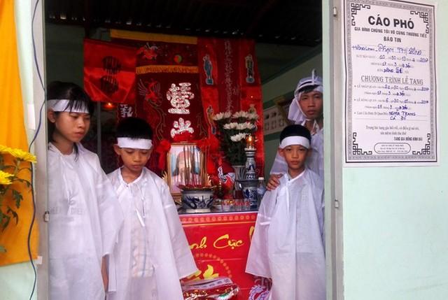 Bốn em nhỏ mất cha mẹ bơ vơ trong căn nhà tình thường. Ảnh: Huỳnh Hải.