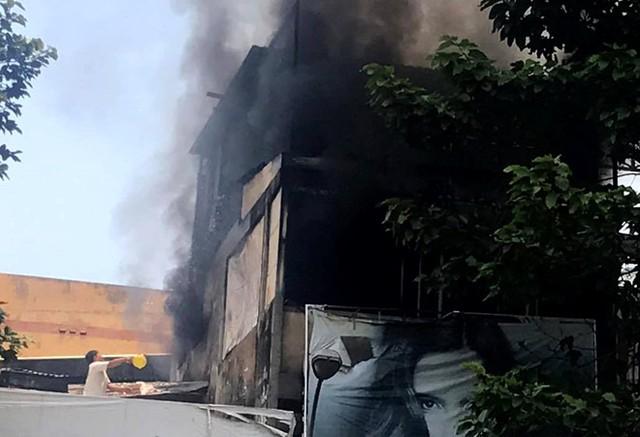 Khói lửa bao trùm căn nhà 3 tầng ở Sài Gòn. Ảnh: Thuận Lâm.