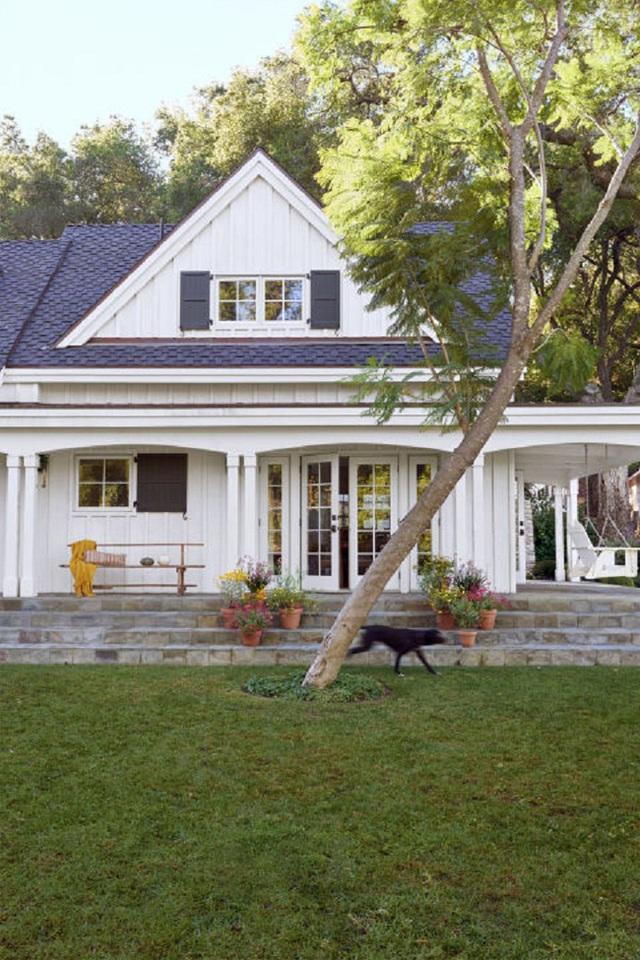 Nhìn từ bên ngoài của ngôi nhà ta đã thấy được sự tươi xanh của cây cối. Ngôi nhà được bao quanh toàn là cây cổ thụ, không những thế phía trước sân còn là một mảng cỏ xanh tươi rộng lớn.