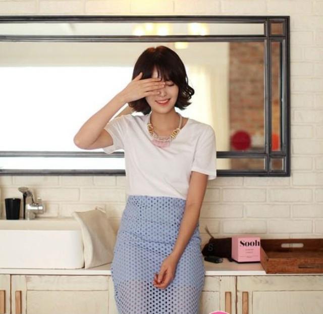 Áo phông với chân váy bút chì, item đơn giản mà thanh lịch