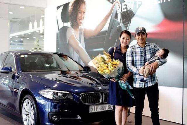 Vợ chồng Ngọc Lan, Thanh Bình khoe xe mới mua. Ảnh: FB.