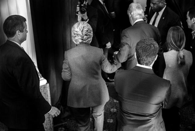 Bà Hillary Clinton nắm chặt tay chồng và bước ra khán phòng để tuyên bố nhận bất bại vào buổi sáng sau đêm bầu cử 8/11. Ảnh: Washington Post.