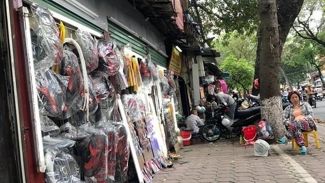 Một dãy 40 cửa hàng siêu nhỏ, siêu mỏng trên phố Lương Định Của