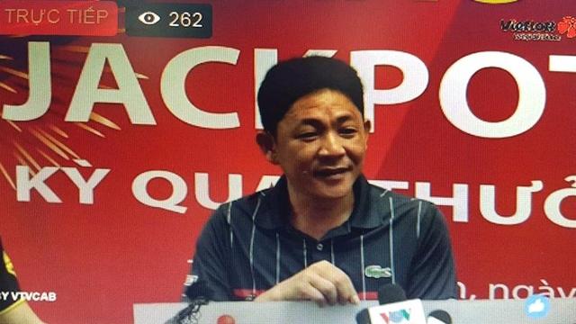 Ông Trần Nhật Khanh đang live stream trả lời phỏng vấn (ảnh chụp từ fanpage Vietlott)