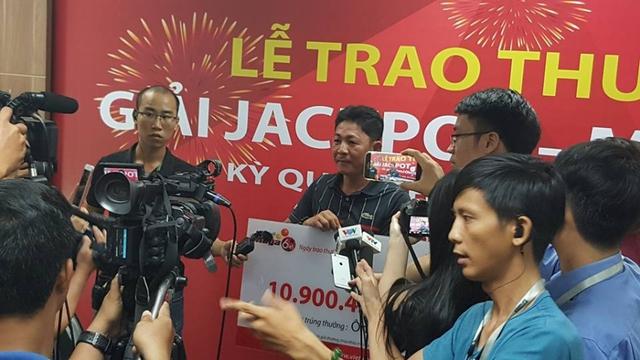 Ông Trần Nhật Khánh, chủ nhân giải Jackpot 10 tỷ trúng hôm 16/4 trong vòng vây của báo chí (ảnh: Huỳnh Sang)