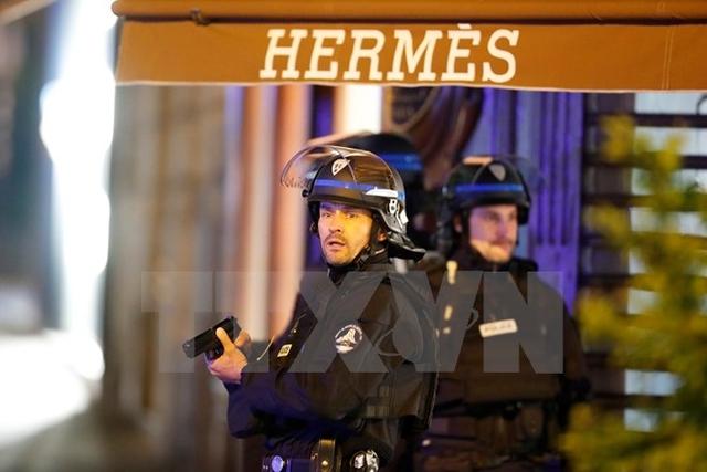 Cảnh sát Pháp phong tỏa hiện trường vụ nổ súng trên Đại lộ Champs Elysees ở Paris ngày 20/4. (Nguồn: EPA/TTXVN)
