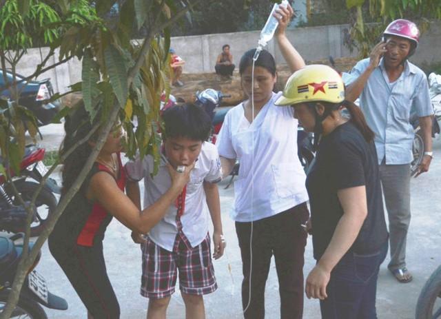 Có em học sinh vừa truyền dịch vừa cố nôn quả ngô đồng đã ăn phải. Ảnh: P.H.