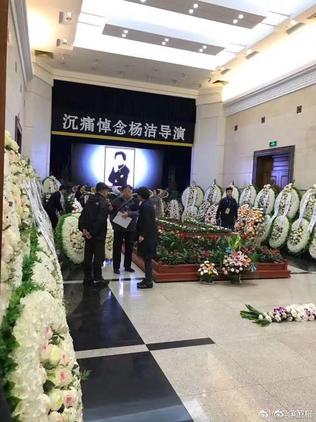 Sáng 21/4, lễ đưa tang đạo diễn Dương Khiết tổ chức tại Nhà tang lễ Bát Bảo, Bắc Kinh (Trung Quốc). Nữ đạo diễn Tây du ký qua đời ở tuổi 88 vào hôm 15/4 sau 10 ngày hôn mê sâu.