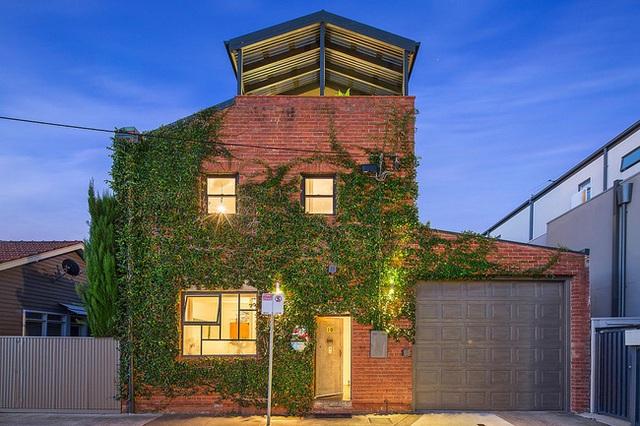 Bên ngoài màu xanh mướt của nhà kho được tân trang lại tại Melbourne.